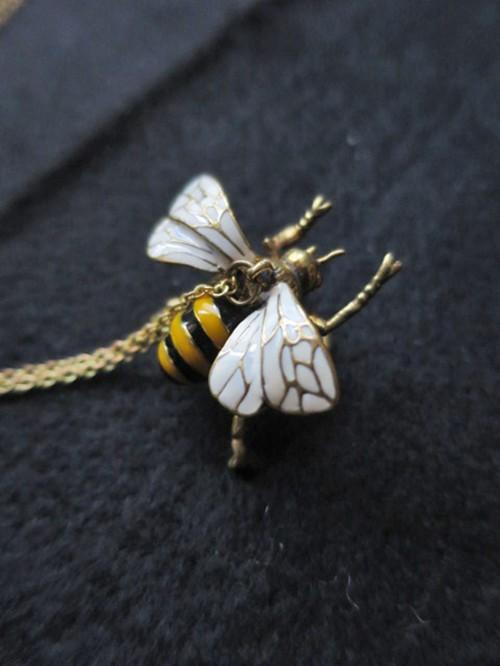 ハチさんネックレス