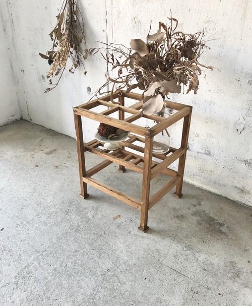 個性的な姿の飾り台[古家具]