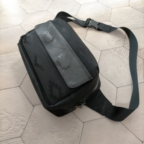 Gene black/撥水素材のボディバッグ