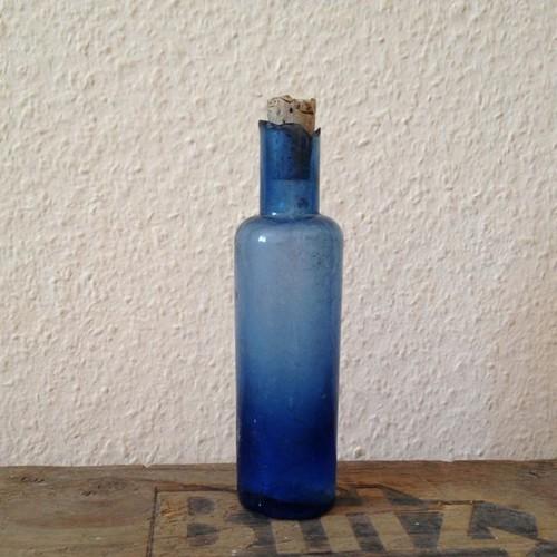 アンティーク 綺麗なブルーのガラス瓶 瓶