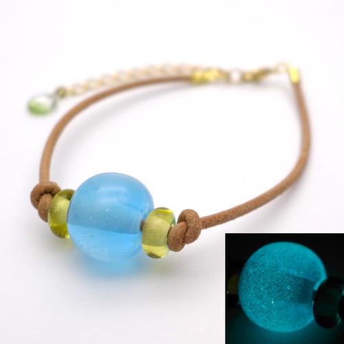 よあそび硝子 暗闇でふわっと光る とんぼ玉ブレスレット:青 水色 ガラス  アクセサリー ハンドメイド