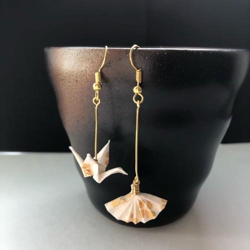 和風ピアス 和紙のミニチュア折り鶴と扇子 白と金 Japaneae style dangling earrings Miniature Origami crane and Sensu white and gold