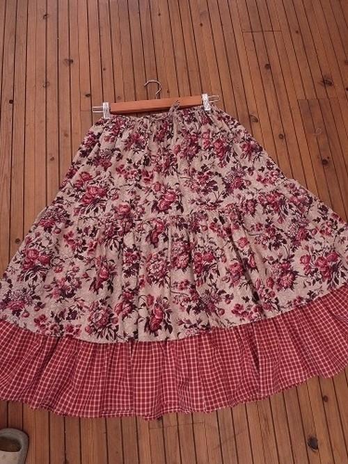 薔薇とチェックのロングスカート