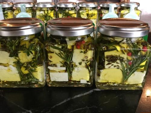 山羊チーズのオリーブオイル漬け7月より再開します!