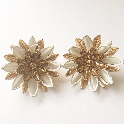 """Sarah Coventry"" Water Lily earring[e-]"
