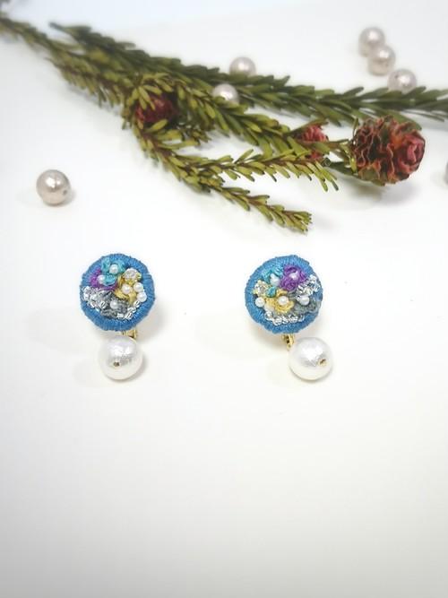 お花の刺繍とコットンパールのイヤリング○ブルー