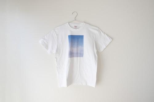 青い雲と湖の、Tシャツ