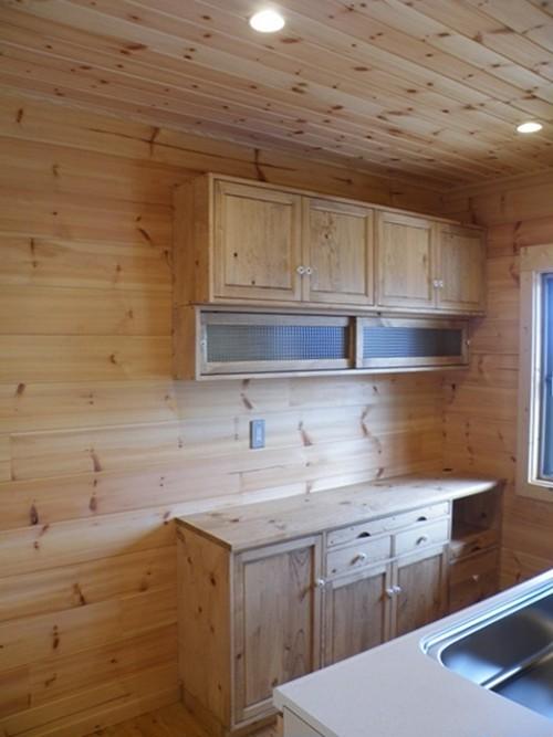 ログハウスのキッチンカウンター&吊戸棚
