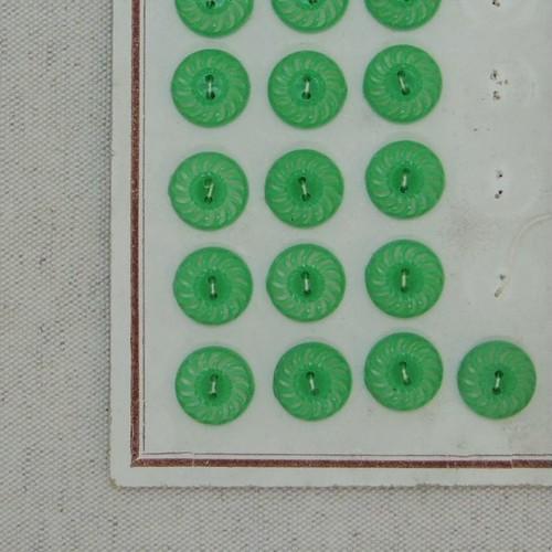 透かし模様のグリーンボタン