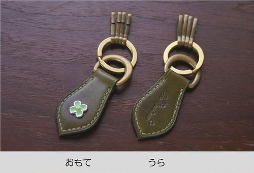 手縫いのキーホルダー with 花柄カシメ(革色:オリーブ × カシメ:緑・4弁)【受注生産】【送料込み】