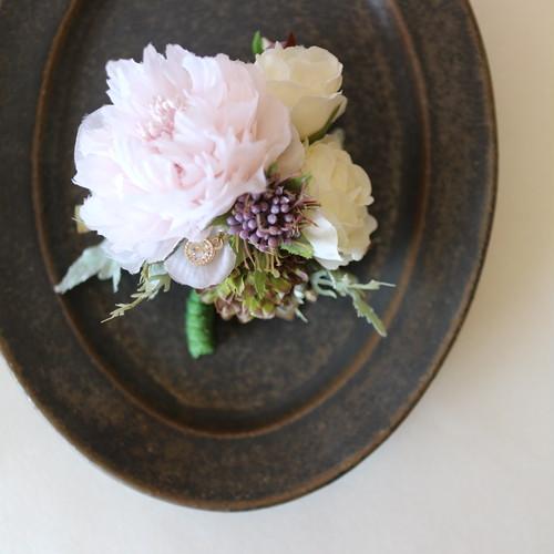 セレモニーシーンに ピンク系のお花 コサージュ