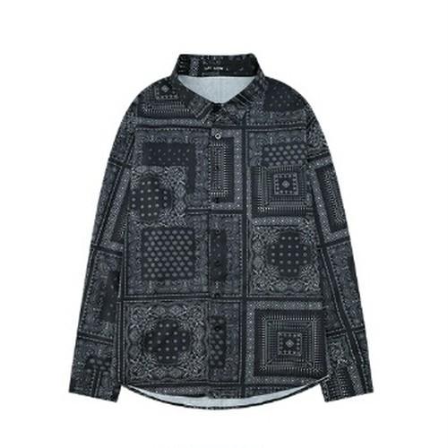 ユニセックススカーフ風プリント長袖シャツ。ブラックカラー