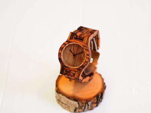 木目がしっかりとした木製腕時計