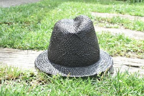 木型で作ったふたこぶの麦わら帽子