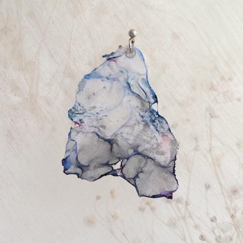 染めオーガンジーのアートピアス|薄青グレー