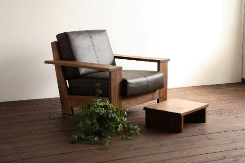 ウォールナットの無垢材のとてもしっかりとしたフレームの1人掛けソファー 1 seater sofa