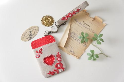 【バレンタインギフト】刺繍のパスケース&ストラップセット・ベージュ×赤