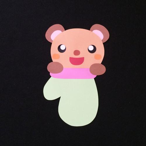 手袋に入ったクマの壁面装飾