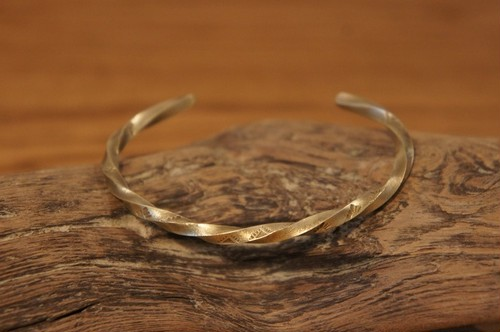 twist native brass bangle
