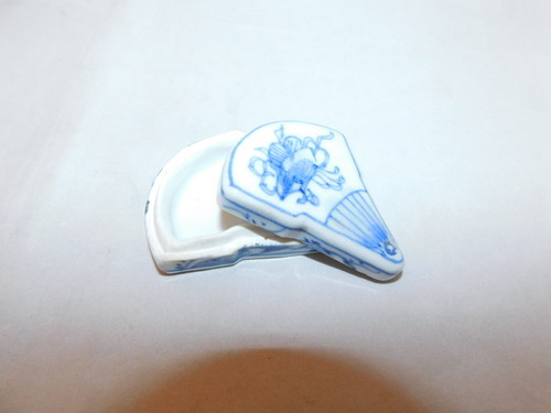 染付扇子型香合 blue &white porcelain incense box(No10)