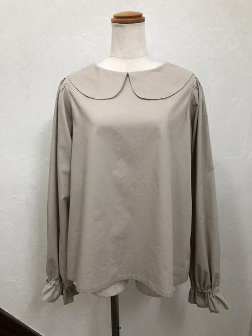 ビジネスシーンで着たい可愛い新色ミルクティ色の上品な長めの長袖丸襟ブラウス。一点もの コットン100% 快適 柔らか 通勤 通学 パフスリーブ 大人