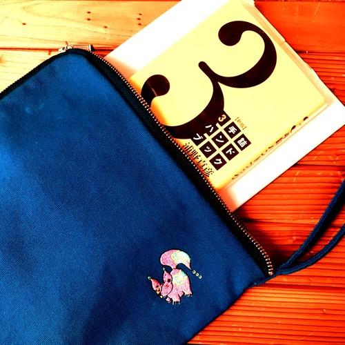 刺繍ロゴ クラッチバッグ(ブルー)