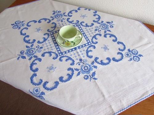 【青のアラベスク】素敵な青糸刺繍のテーブルクロス /ヴィンテージ・ドイツ