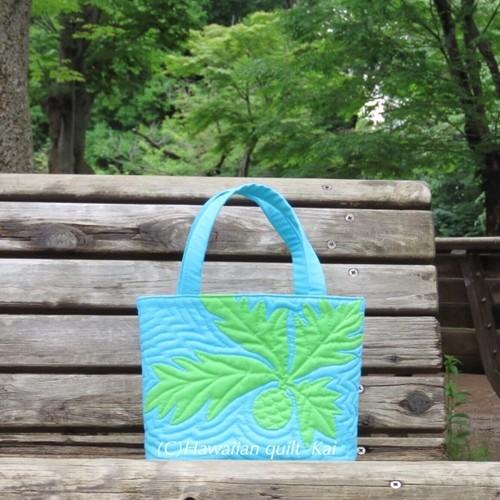 パンの木のランチバッグ ピクニック・お散歩・お昼休み、お弁当とドリンクボトルが入るちょうどいい大きさ。Kaiオリジナルデザイン、ハワイアンキルトでバッグを作りましょう。中級者さん向けです