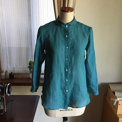 ターコイズブルーの丸衿リネンシャツ