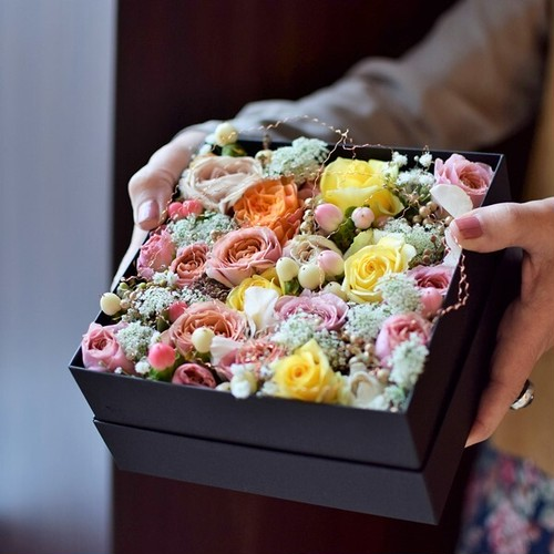 【フラワーボックス】バラと季節の花でつくるフラワーボックス。 おしゃれな誕生日プレゼントや女性、男性へのギフトにおすすめ