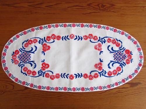 【レッドブルー】赤いお花と青い葉っぱの手刺繍 オーバル型テーブルマット/ヴィンテージ・ドイツ