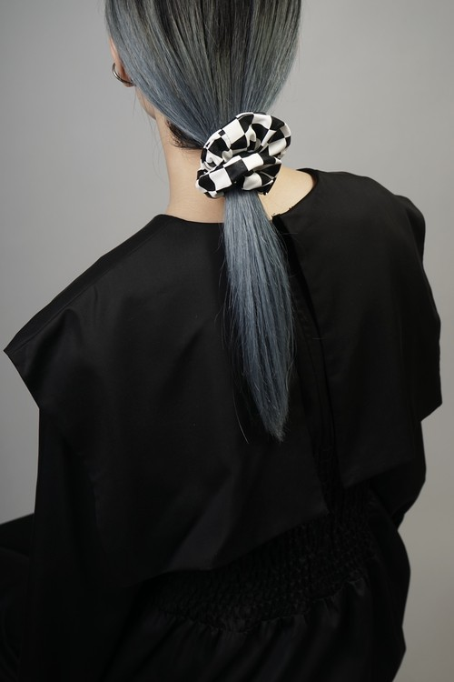 CHECKERED FAUX LEATHER SCRUNCHIE (WHITE×BLACK) 2107-5-AC1