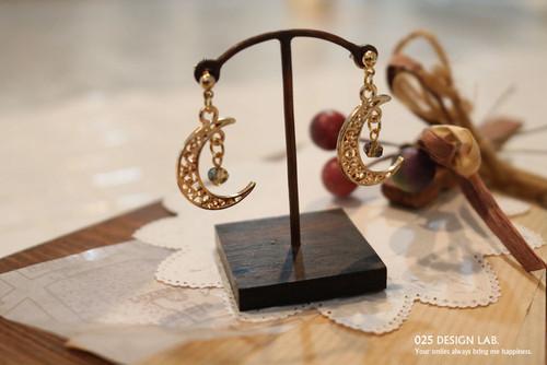 プリンセスカラーの石と三日月の耳飾り / ピアス