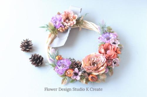 紫のスカビオサと薔薇のヒイラギリース 秋 秋色 バラ 松ぼっくり カボチャ
