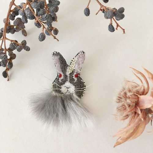 NEW《プチサイズ》Rabbitファー black 刺繍ブローチ