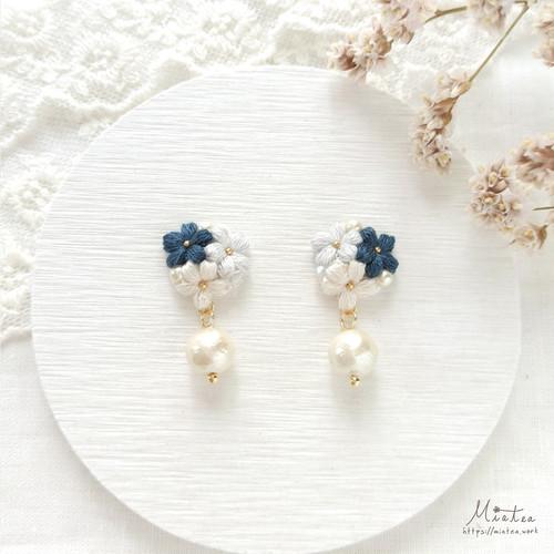三つ花のブーケ「ネイビー」*刺繍糸のお花ピアス/イヤリング