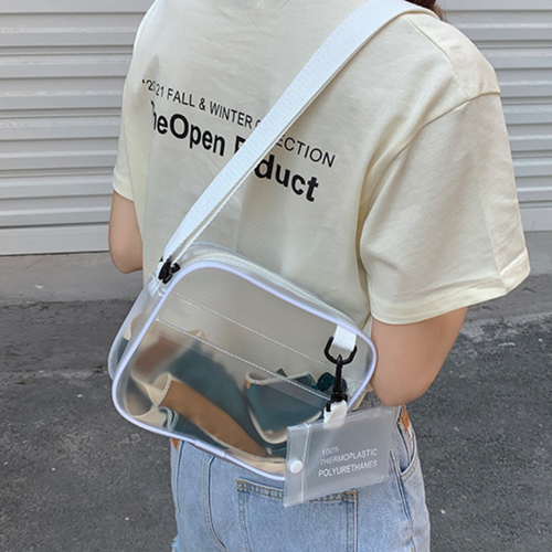 ストリート女子のクリアショルダーバッグ