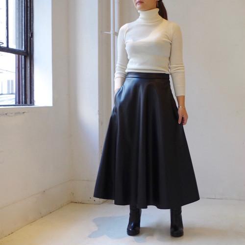 """フェイクレザーのシンプルなフレアーロングスカート """"black"""""""