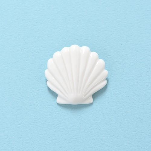 白磁の貝ブローチ