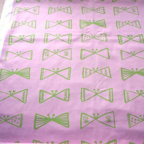 ≪生地≫ さんかくちょうちょ (pink-green) オーガニックコットン サテン 90cm単位 (幅142cm)【受注生産】
