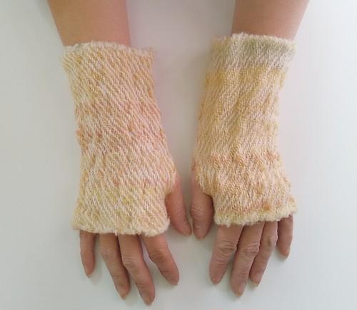 ふわっと暖かい手染め手紡ぎ糸を使った手織りハンドウォーマー  イエローオレンジ
