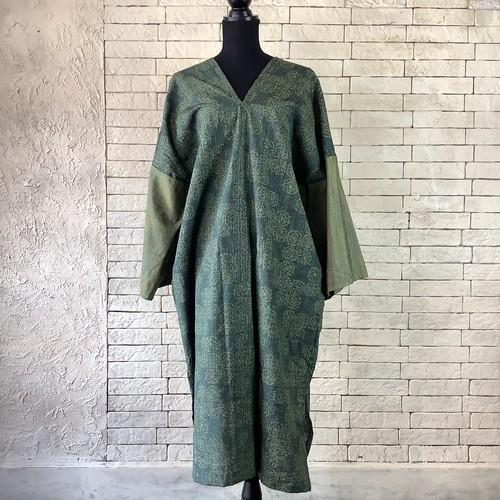 深緑色に落ち着きのある幾何学模様 絹100%紬 長袖ワンピース 21OP027