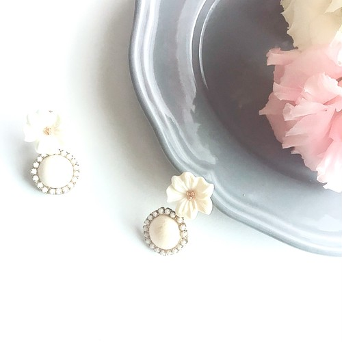 【La fleur】白いお花の下で揺れる時のイヤリング