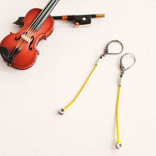 ヴィオラ弦のカジュアルピアス  Strings endparts pierces (Yellow)