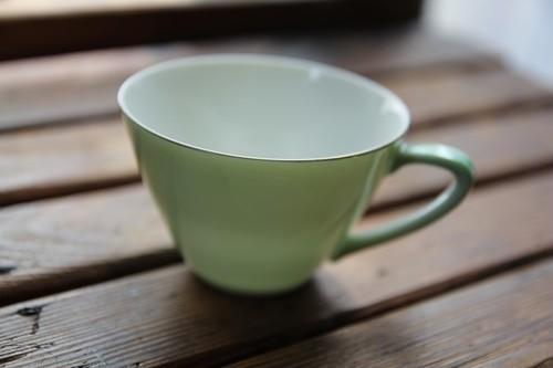 淡いグリーンのチープなティーカップ