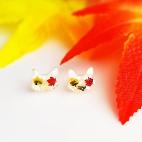 秋色カエデと白猫のシンプルピアス