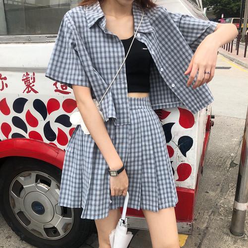 チェック柄の半袖シャツ+プリーツスカート