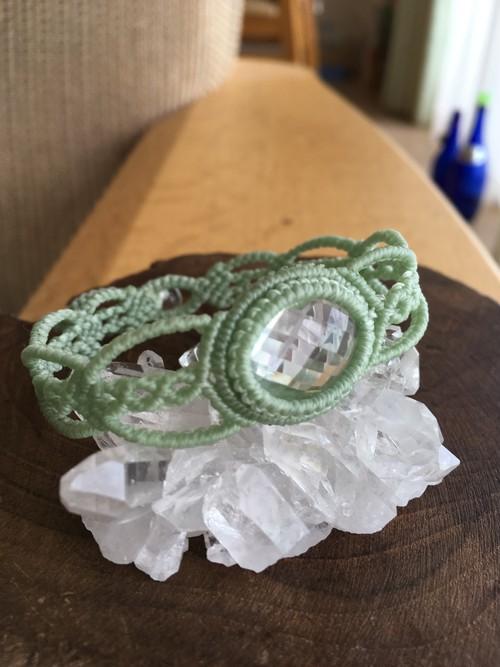 【天然石・マクラメ編み】カット入り水晶のブレスレット