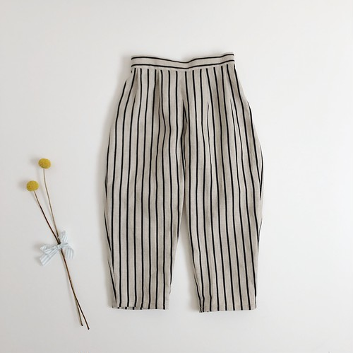 tapered tuck pants / linen stripe