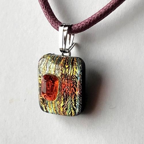 赤の縦シマと赤のネックレス